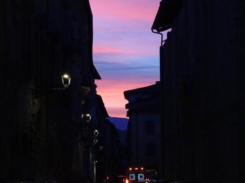 Небо и силуэты домов