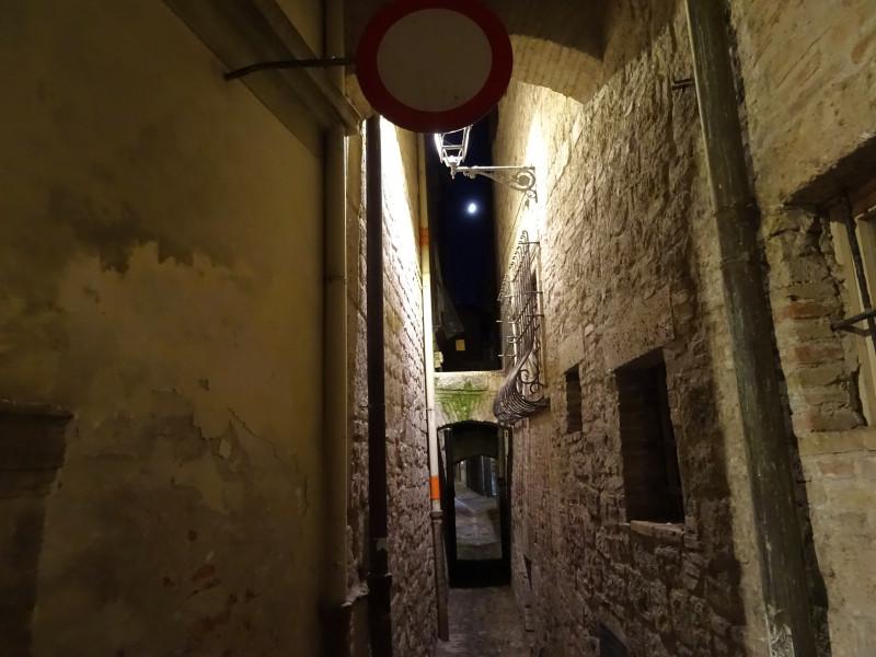 Узкая улица и луна