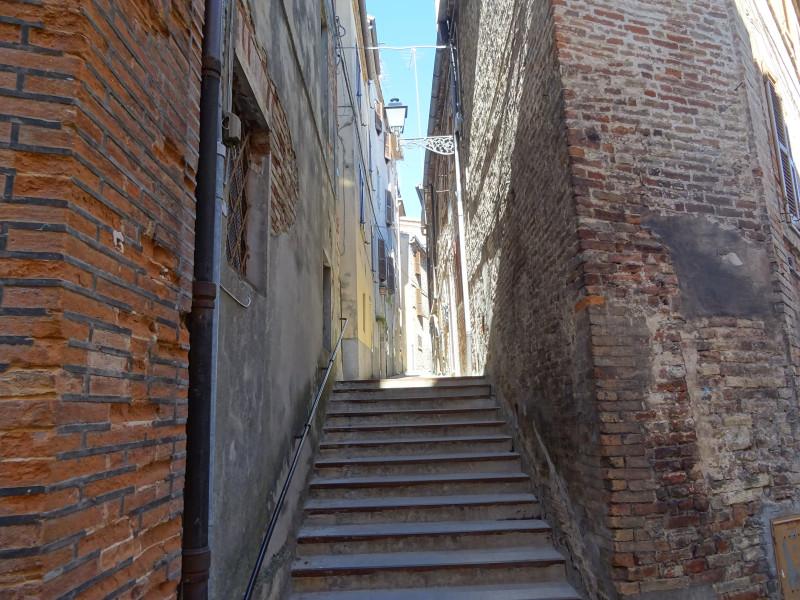 Улица с лестницей