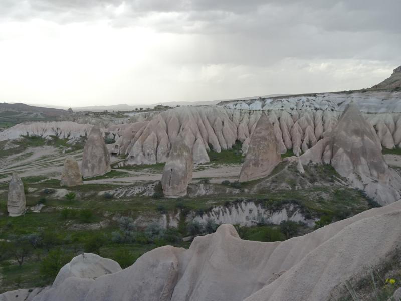 Изрезанные скалы и дождь на дальнем плане