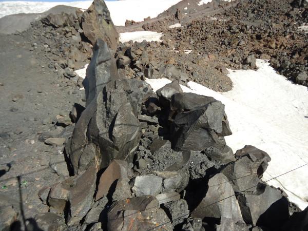 Камни, похожие на колотый битум.