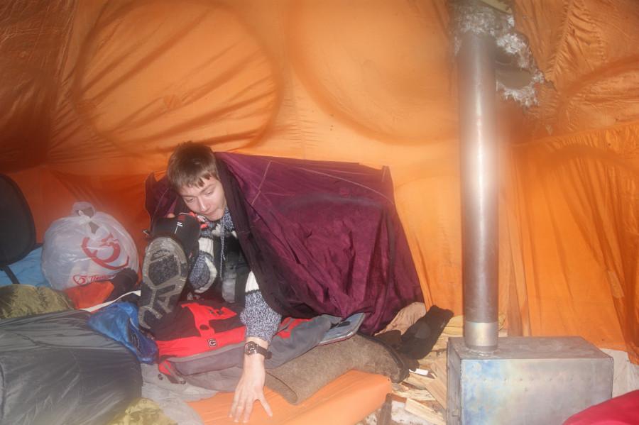 Серега заползает в шатер