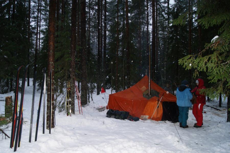 На шатре есть сухое пятно.