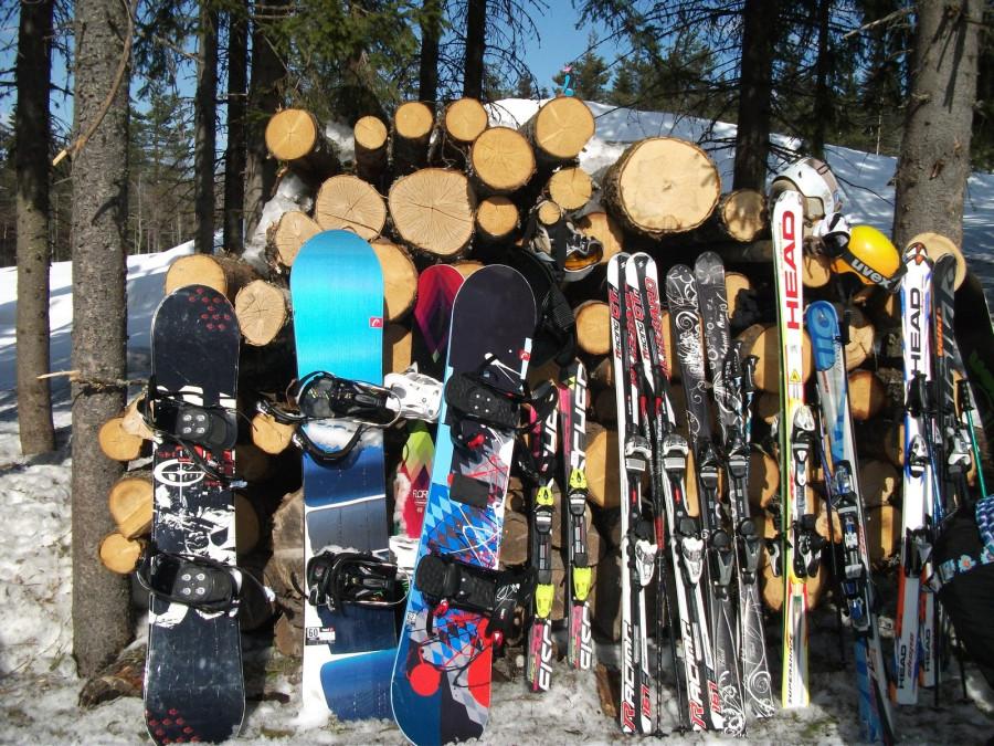 Лыжи у печки стоят