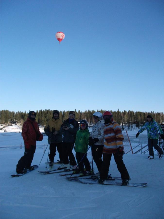 Группа на фоне воздушного шара