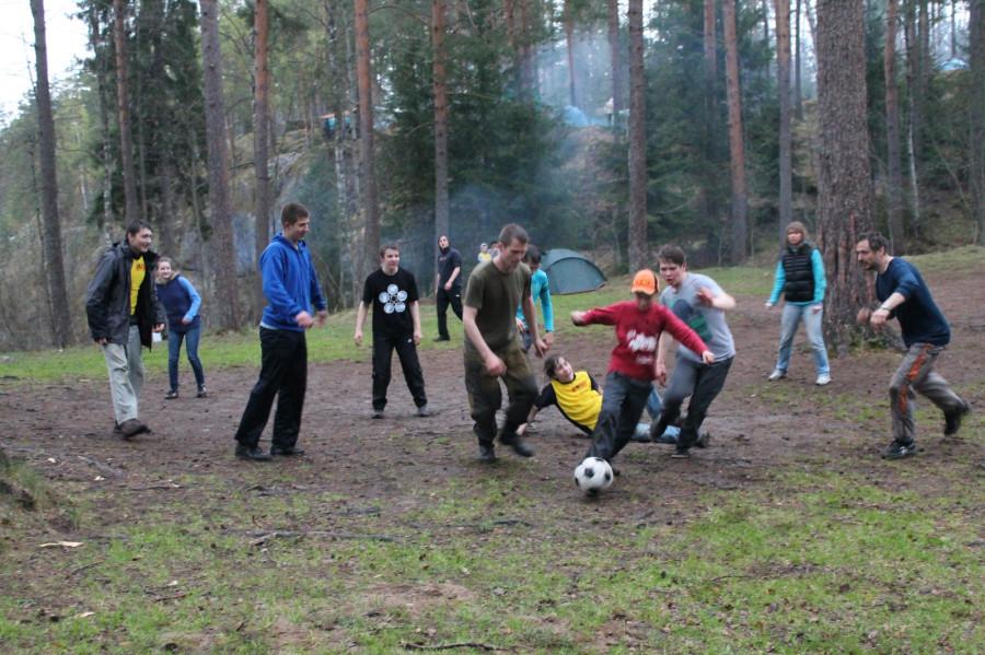 Футбол в грязи под дождем