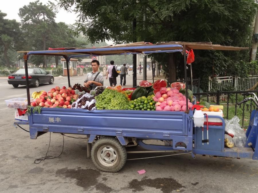 Тележка с фруктами