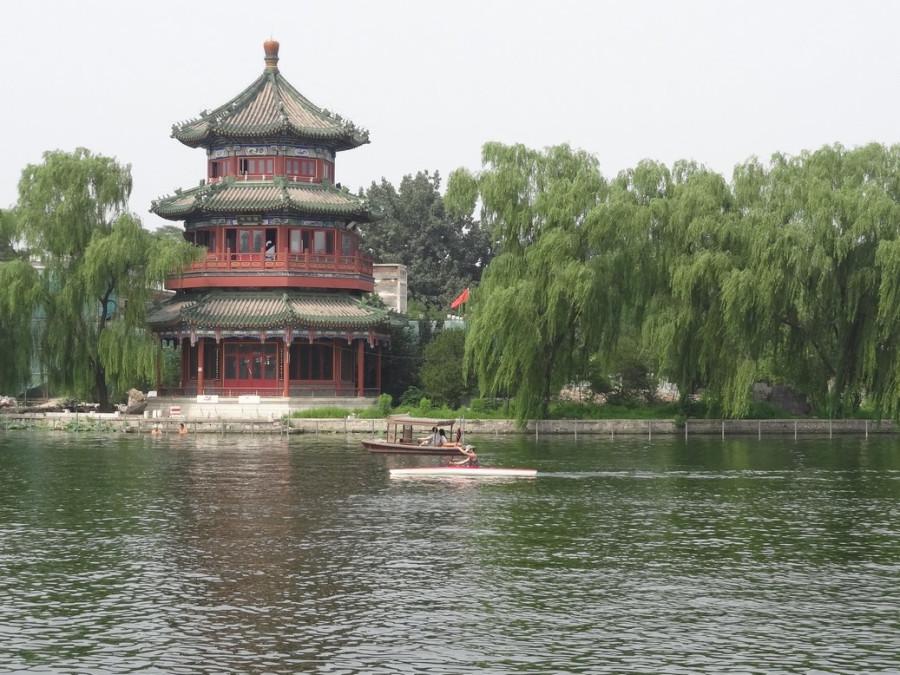 Пагода у водоема