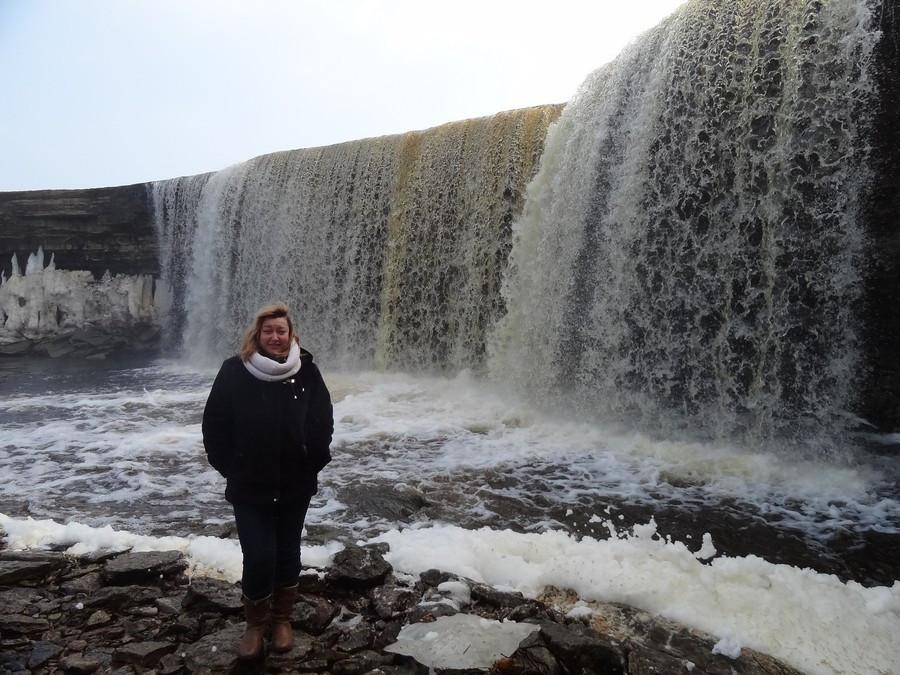 Машка у большого водопада
