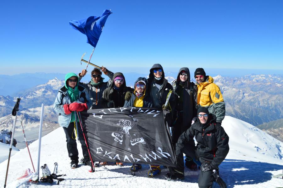 Вся команда с флагом на вершине