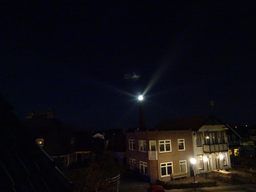 Маяк с балкона ночью