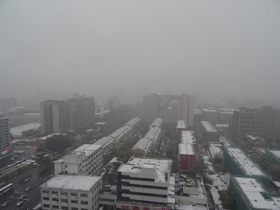 Снежный вид из окна