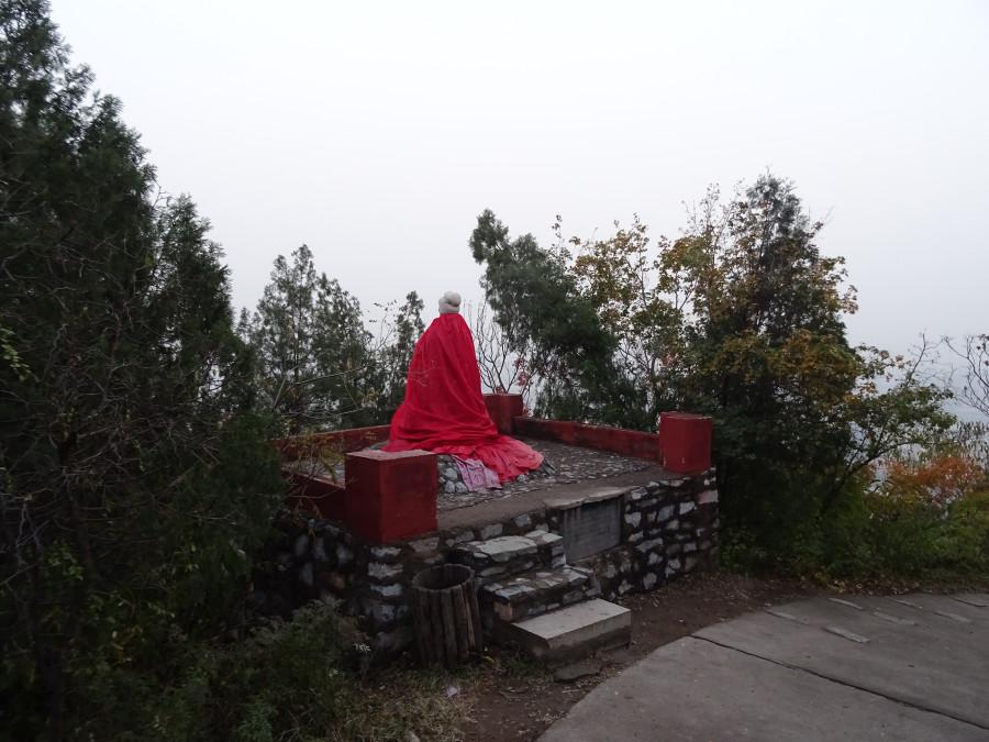 Статуя, повернутая спиной
