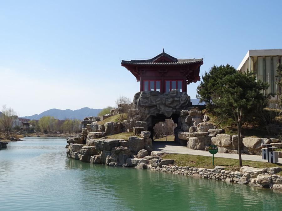 Пагода на фоне озера