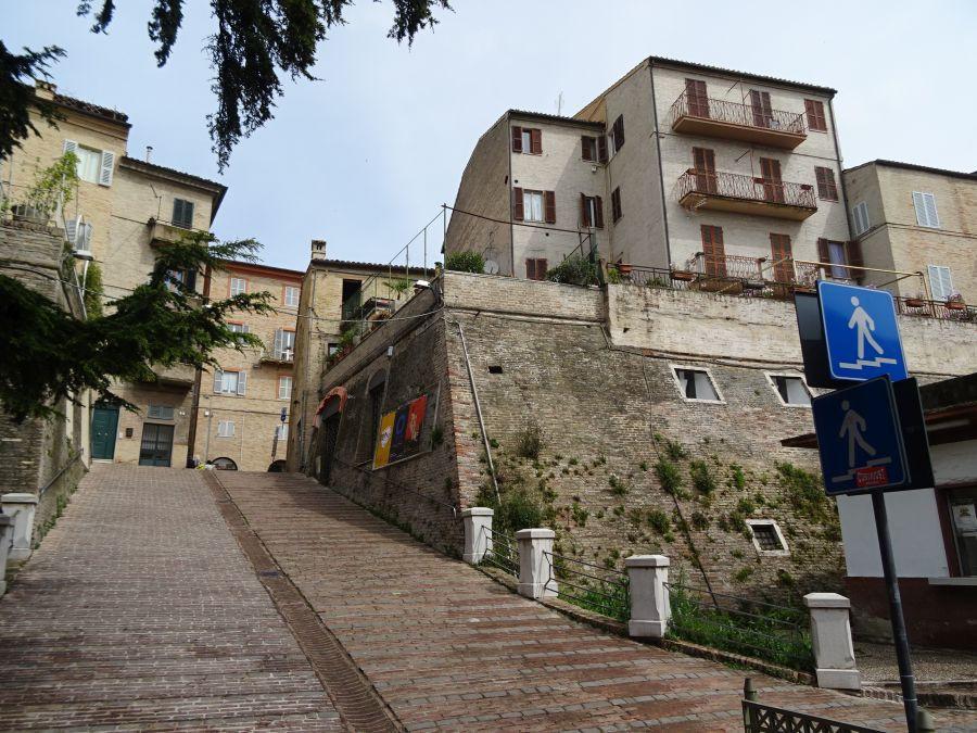 Мачерата - стена и вход в город.