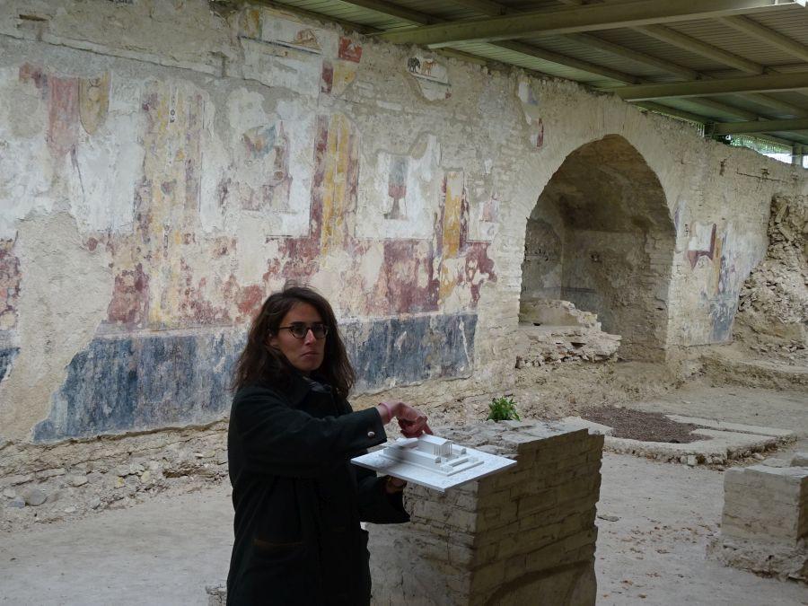 Урбс Сальвия - экскурсовод с макетом храма