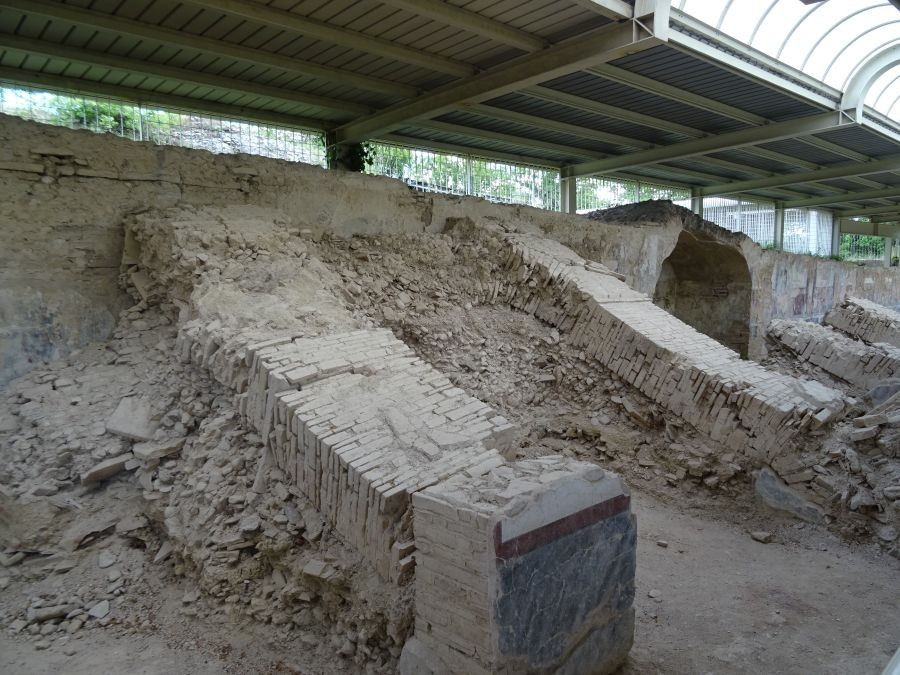 Урбс Сальвия - стена, упавшая и-за землетрясения