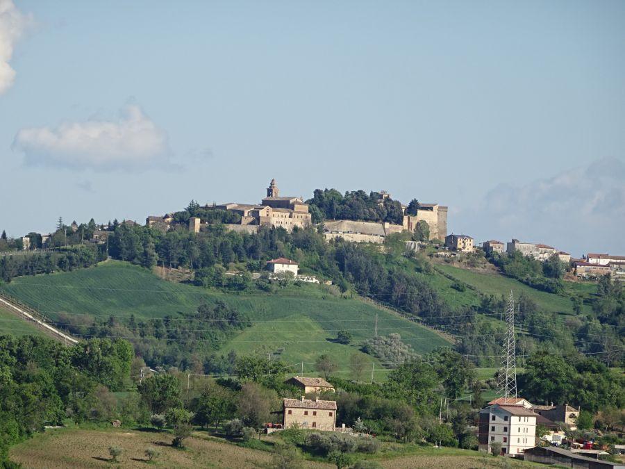Замок на далеком холма