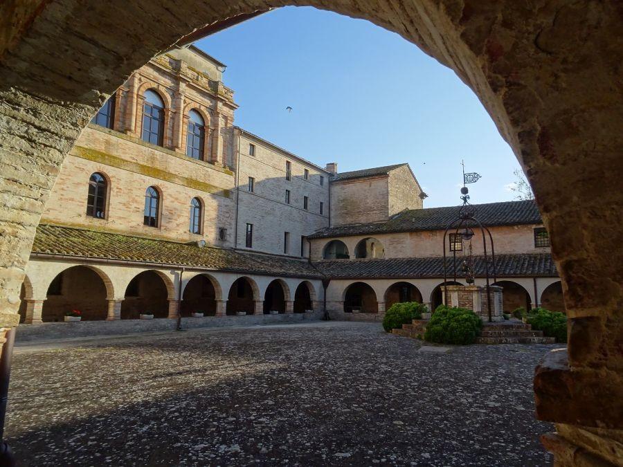 Двор аббатства