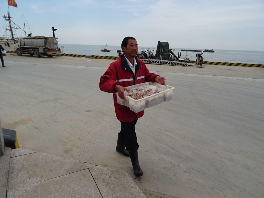 Один мужик с морепродуктами