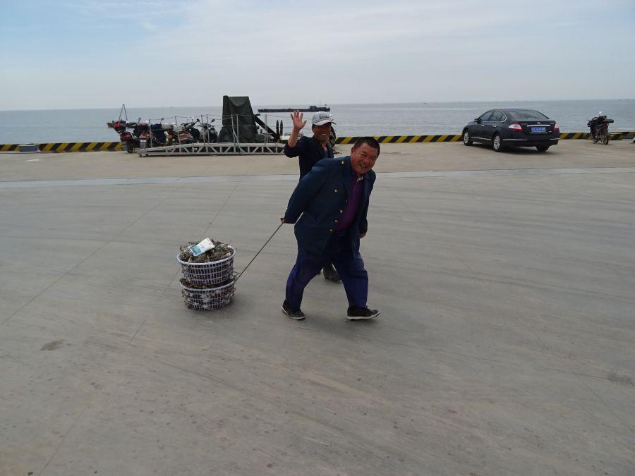 Два мужика с морепродуктами