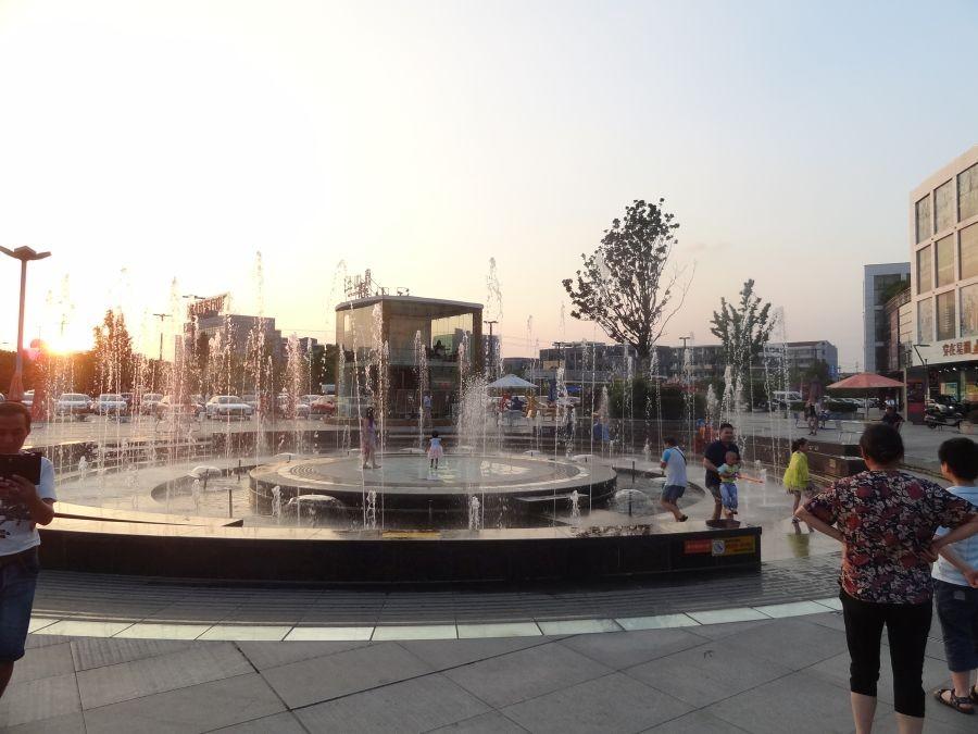 фонтан днем