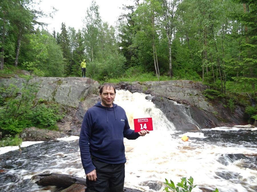 Игорь на фоне водопада