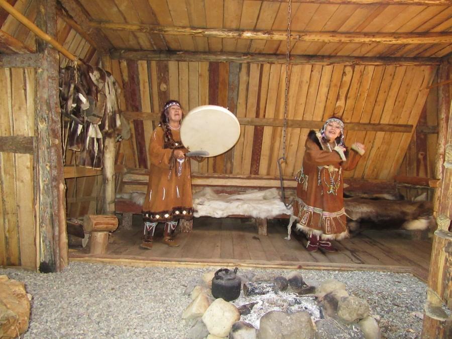 Корякские бабушки поют и танцуют