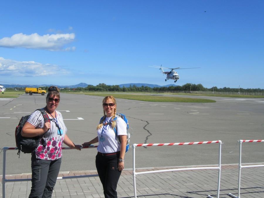 Маша и Катя на фоне взлетающего вертолета