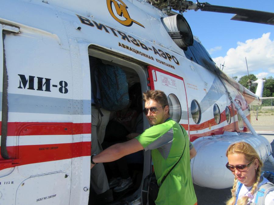 Серега садится в вертолет