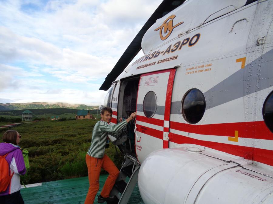Серега садится в вертолет из кальдеры Узон