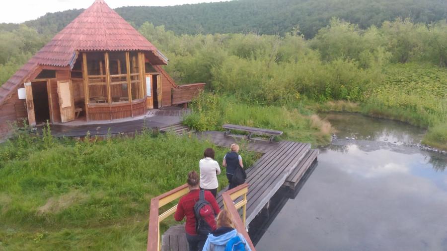 Народ идет к купальне Налычевских горячих источников