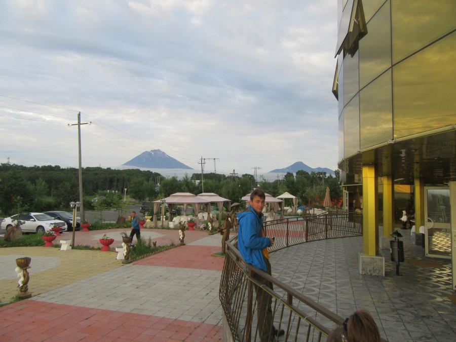 Серега у Gold House на фоне вулкана