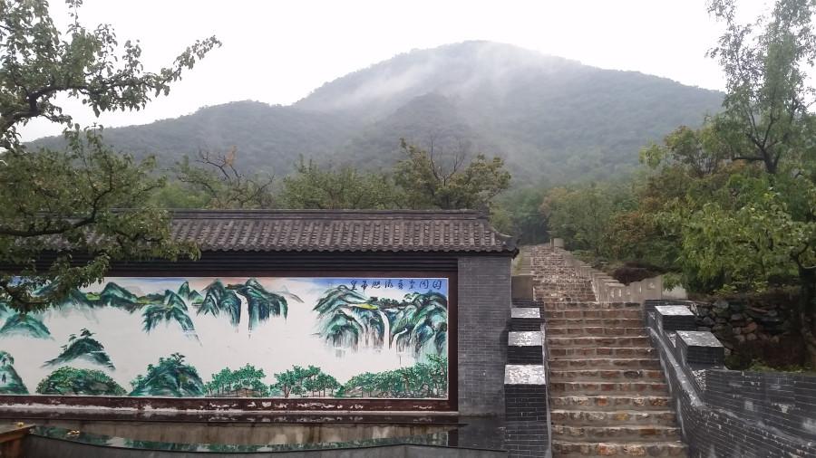 Картина, лестница, холмы