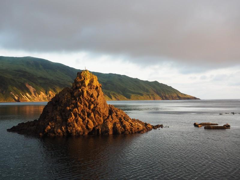 Остров Монерон это небольшой остров расположенный в Татарском проливе в 50 километрах от Сахалина. Остров и его акватория являются природным парком регионально уровня. То есть это особо охраняемая природная территория(ООПТ) и любая деятельность в охранной зоне ограничена и контролируется сотрудниками парка.  Это важный момент, который напрямую влияет на организацию погружений.