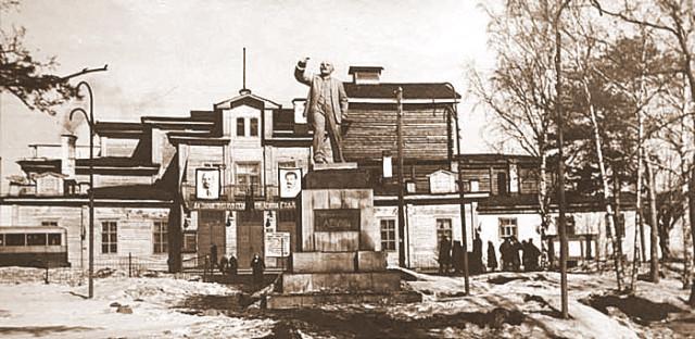 ...стала областным центром, и вскоре было принято решение о строительстве в городе нового здания театра - каменного.
