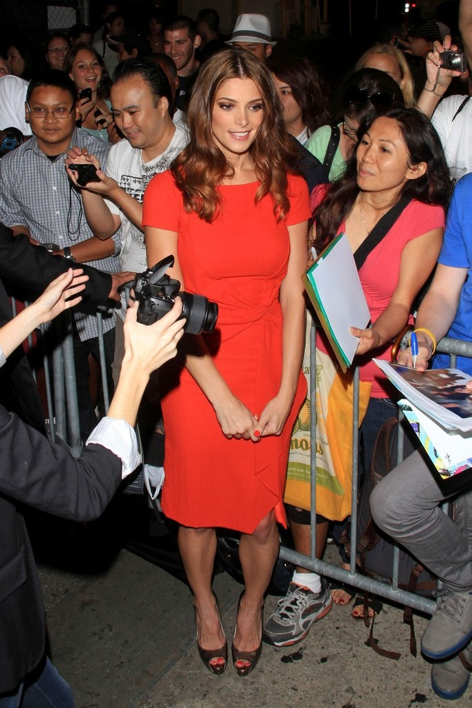 Ashley+Greene+Ashley+Greene+greets+fans+after+UNvcBYAXEiRx