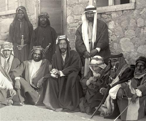 Лоуренс (сидит третий справа), рядом с ним Фейсал.jpg