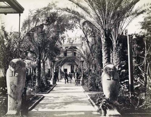 Сад отеля, снимок примерно 1900 года.jpg
