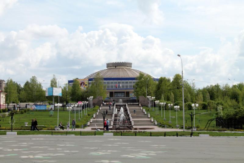 Нижнетагильский цирк и каскад фонтанов в 2011 году