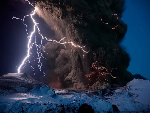 erupting-eyjafjallajokull-volcano-lightning-smoke-iceland