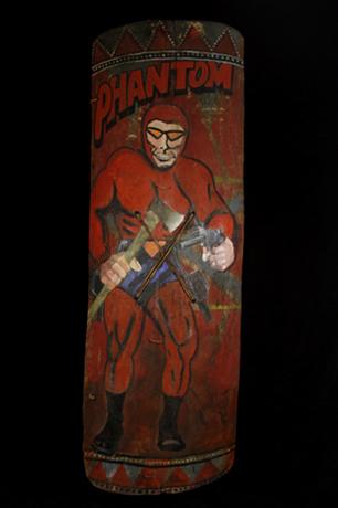 12. Щит из Уэстерн-Хайлендс, 1960-80-х годов. Фантом вооружен топором и пистолетом