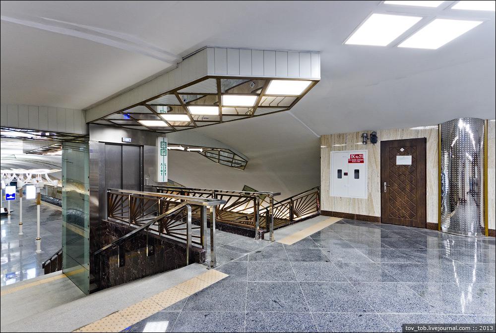 对于大单拱形车站,基辅地铁一般会把升降机安置在楼梯口的位置