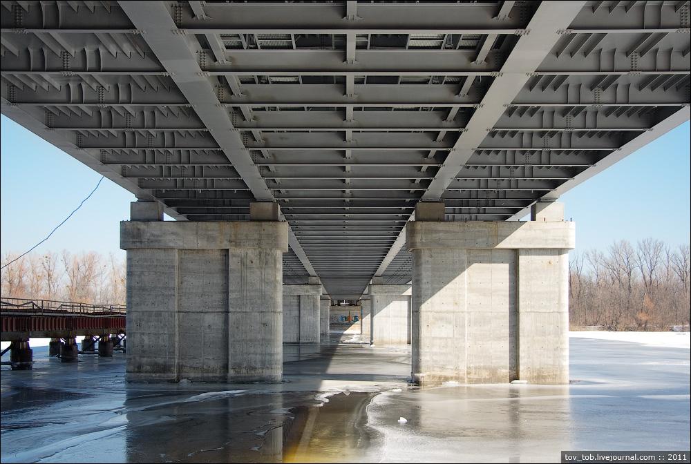 Вдоль основного моста тянется