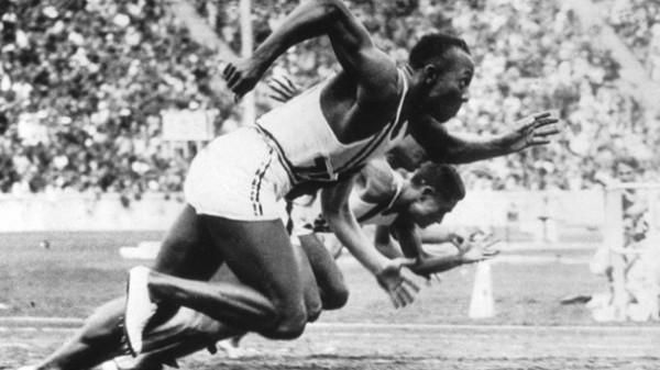 berlin-1936-us-leichtathlet-jesse-owens-vorne-ueberragt-bei-den-olympischen-spielen-in-nazi-deutschland-alle-