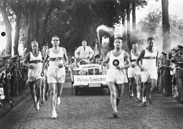 Bundesarchiv_Bild_146-1976-116-08A,_Olympische_Spiele,_Fackelläufer