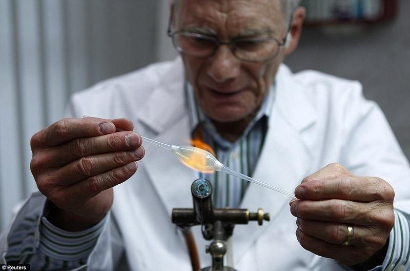 Производство стеклянного глазного протеза в подробностях.
