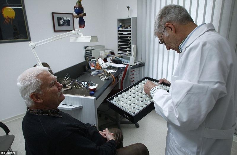 Немец Gerhard Greiner специалист по высококачественным протезам, стеклянных глаз, которые он делает в своей...