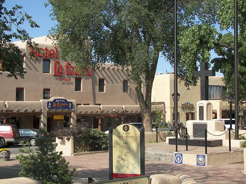 800px-Taos_plaza_la_fonda