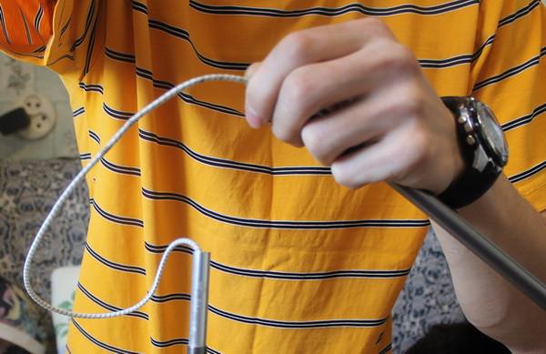 вытягивание резинки для разъединения дуги палатки
